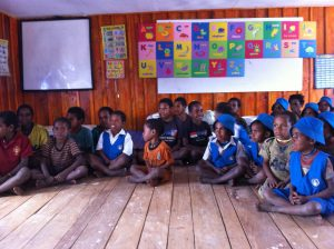 leerlingen-van-de-pilotschool-in-mume-kuyawage-de-allerkleinsten-moeten-mee-met-de-grote-kinderen-omdat-de-ouders-op-het-land-werken